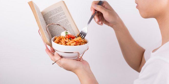 看書 吃飯 兩不誤,精神 食糧 全滿足